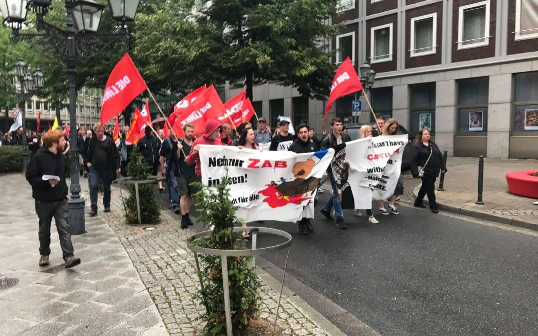 200 Menschen protestieren gegen Zentrale Abschiebebehörde